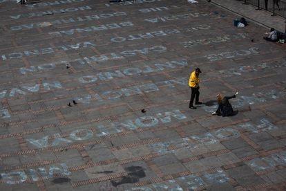 La instalación 'Quebrantos', de la artista Doris Salcedo, en la plaza de Bolívar de Bogotá, en junio de 2019. JUANCHO TORRES /