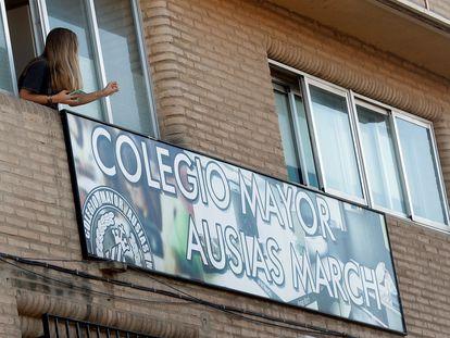 Una joven se asoma por la ventana de la residencia universitaria Ausias March de Valencia que ya fue confinada en octubre.