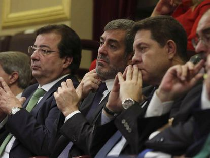 De derecha a izquierda, los presidentes de Aragón, Javier Lambán; Castilla-La Mancha, Emiliano García-Page; Canarias, Fernando Clavijo, y Extremadura, Guillermo Fernández Vara, en el Congreso de los Diputados.