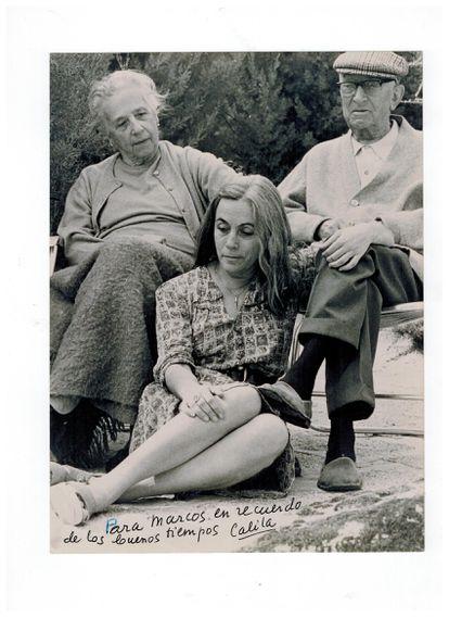 Fotografía del álbum personal de Carmen Martín Gaite, en la que aparece junto a sus padres cedida por Marcos Giralt Torrente.