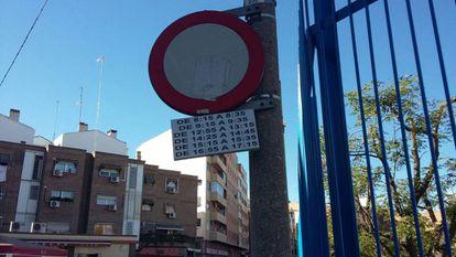 La señal de circulación que regula los tramos horarios de acceso a vehículos en la calle Santo Domingo de Silos.