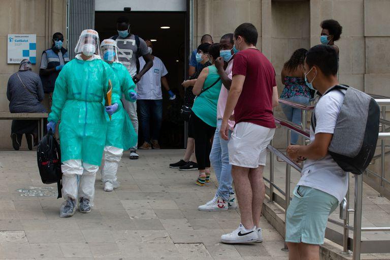 Dos sanitarias salen del CAP Prat de la Riba de Lleida, donde se centraliza la atención a los posibles afectados por la covid-19, este lunes.