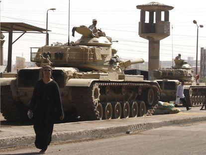 Una mujer frente a la prisión de Tora, en el Cairo, en una imagen de archivo.