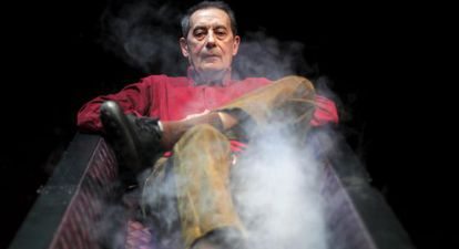 El director de teatro Jesús Cracio reposa entre humo en un ataúd.