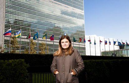 Paloma Escudero con la sede de Naciones Unidas en Nueva York al fondo.