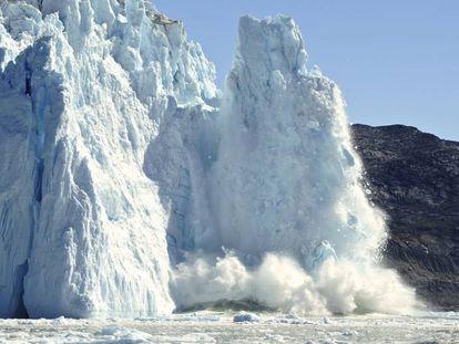 Desprendimiento de hielo en un glaciar en Groenlandia.