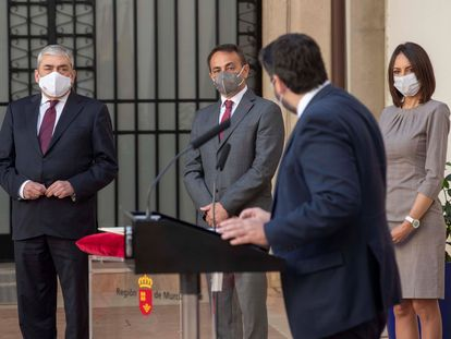 El presidente de Murcia Fernando López Miras, en el atril, y detrás desde la izquierda, Francisco Álvarez, Antonio Sánchez y Valle Miguélez, este sábado durante la toma de posesión de los nuevos consejeros.