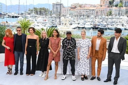 From left to right, the Cannes 2021 jury: Mylène Farmer, Kleber Mendonça Filho, Maggie Gyllenhaal, Jessica Hausner, Mati Diop, Spike Lee (president of the jury), Mélanie Laurent, Tahar Rahim and Song Kang-ho,.