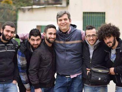 El padre Mendoza, con varios jóvenes de Siria.