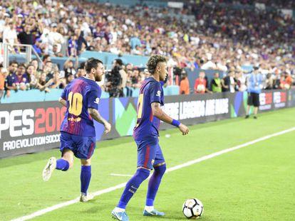 Neymar, con el balón, y Messi ante el Real Madrid en Miami.