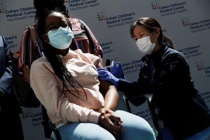 Sydney Jordan, de 13 años, recibe una dosis de la vacuna de Pfizer-BioNTech en el Centro Médico Infantil Cohen de Northwell Health en New Hyde Park, Nueva York, Estados Unidos, el 13 de mayo de 2021.