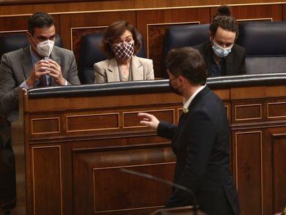 El portavoz parlamentario de ERC, Gabriel Rufián, habla con el presidente del Gobierno, Pedro Sánchez, y la vicepresidenta, Carmen Calvo.