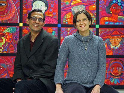 Banerjee y Duflo en las oficinas del laboratorio J-PAL de Acción contra la Pobreza en el MIT