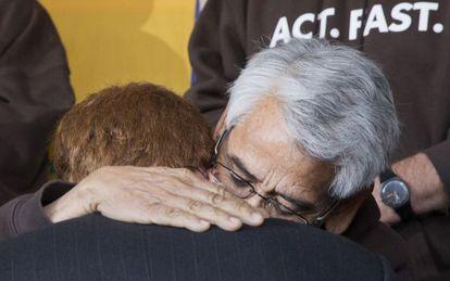 El representante Joe Kennedy recibe un abrazo del sindicalista Eliseo Medina tras tomar el relevo del ayuno por la reforma.
