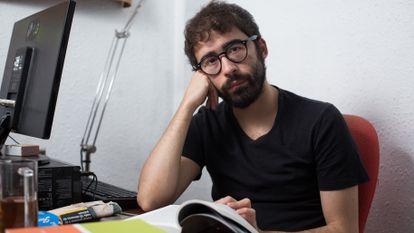 Aitor Nieto, estudiante de Trabajo Social en la UB, en el comedor de su casa.