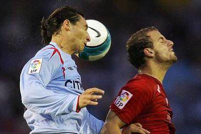 Soldado, a la derecha, lucha por un balón con Placente.