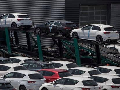 Aparcamiento de coches nuevos listos para la distribución en Sant Boi del Llobregat.