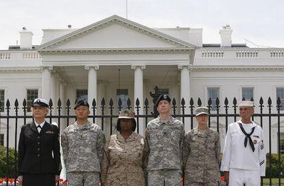 Varios miembros del Ejército de EE UU, durante una protesta a favor de los derechos de los homosexuales ante la Casa Blanca en abril de 2010.
