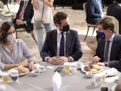 La presidenta de la Comunidad de Madrid, Isabel Díaz Ayuso; el presidente del Partido Popular, Pablo Casado, y el alcalde de Madrid, José Luis Martínez-Almeida, conversan durante un desayuno informativo, el pasado miércoles.