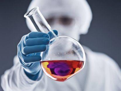 Una reacción química en un tubo de ensayo.