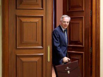 El diputado del PP por Segovia, Pedro Gomez de la Serna, recoge su credencial en el Congreso.