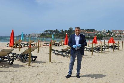 Telmo Martín, alcalde de Sanxenxo, en la playa de Silgar, ante una recreación del plan de seguridad de la covid-19