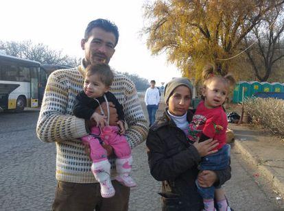 Masoud e Iman, con sus hijas Rosine y Aileen, en el norte de Serbia, antes de coger el tren que les llevaría a Croacia.