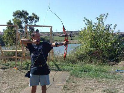 Alberto practica el tiro desde enero, pero no tiene licencia para tener un arco.