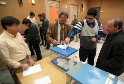 Vecinos de Algete ( Madrid) entregan su autorización para que les sea realizada la prueba del ADN, en noviembre de 1999.