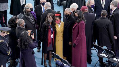 Amanda Gorman en la toma de posesión de Joe Biden junto a los Obama.