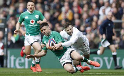 Elliot Daly placa a Connor Murray en el Inglaterra-Irlanda.