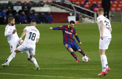 Messi golpea el balón para marcar el cuarto gol del Barcelona este lunes ante el Huesca en el Camp Nou.