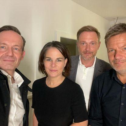 Desde la izquierda, Volker Wissing (FDP), Annalena Baerbock (Verdes), Christian Lindner (FDP) y Robert Habeck (Verdes) posan este martes en un selfi.