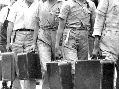 Niños españoles, hijos de republicanos, parten hacia el exilio en 1939.