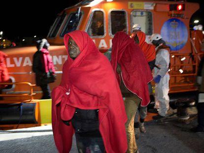 Desembarco en Motril (Granada) de 52 migrantes de origen subsahariano, rescatados el pasado jueves en las cercanías de la isla de Alborán.
