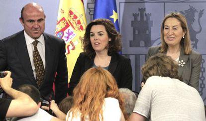 La vicepresidenta, Soraya Sáenz de Santamaría, y los ministros de Economía, Luis de Guindos, y Fomento, Ana Pastor, en la rueda de prensa tras el Consejo de Ministros de hoy.