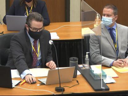 El abogado Eric Nelson, a la izquierda, y su cliente, el expolicía Derek Chauvin, en el juzgado del condado de Hennepin, Minneapolis.