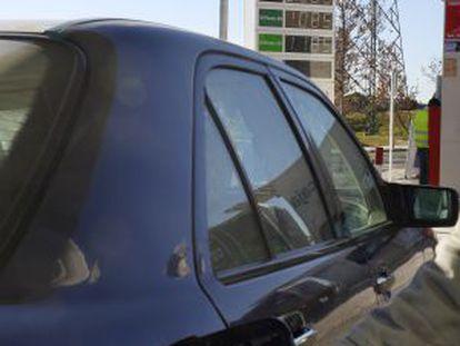 Un conductor reposta en una gasolinera de Carabanchel (Madrid).