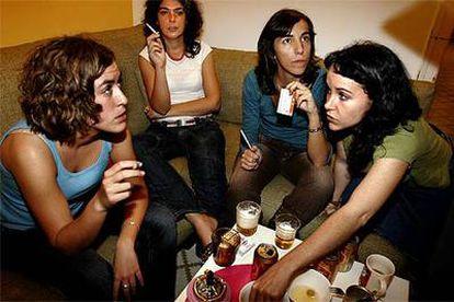 Ainara Barrenechea, Laura Caro, Carolina Alguacil y Belén Simón comparten piso en Barcelona. Forman parte de la generación de <i>mileuristas.</i>