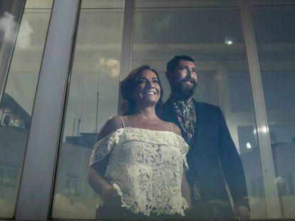 Los presentadores Pepa Bueno y Toni garrido,en la terraza de la cadena SER.