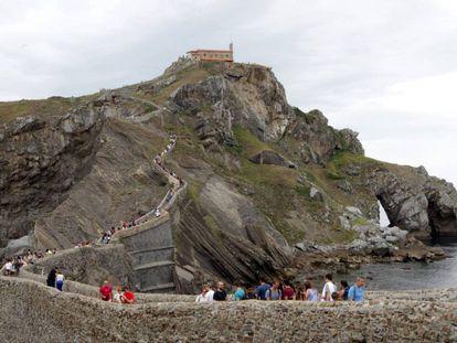 Turistas visitan la ermita de San Juan de Gaztelugatxe, en Bermeo.