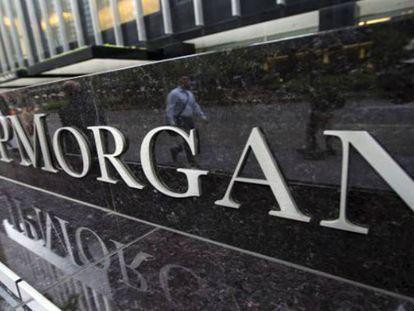 Multa récord a JPMorgan por negar permisos de paternidad igualitarios a sus 'brokers'