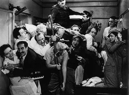 Fotograma de la secuencia del camarote en<i> Una noche en la ópera,</i> protagonizada por los hermanos Marx.