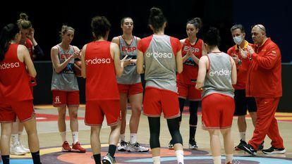 Las jugadoras de la selección femenina de baloncesto y el ya exseleccionador, Lucas Mondelo, en un entrenamiento en julio