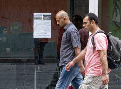 Los musulmanes aumentan  en España. Un cartel anuncia viajes a La Meca  en un escaparate de Barcelona.