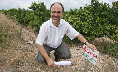 El alcalde Alfons Montserrat, en unos terrenos donde está previsto construir.