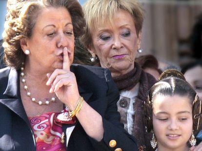 La alcaldesa de Valencia, Rita Barberá, pide silencio a quienes abuchean a la vicepresidenta Fernández de la Vega en las Fallas.