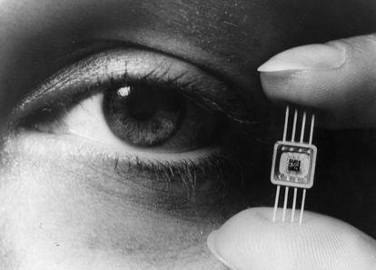 1964: La electrónica era capaz de concentrar 50 transistores, diodos, y condensadores en esta miniatura de Westnighouse.