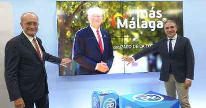 El presidente del Partido Popular de Málaga, Elías Bendodo junto al alcalde de la capital y candidato 'popular', Francisco de la Torre, en una imagen reciente.