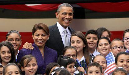 Obama y Chinchilla posan con niños en San José.